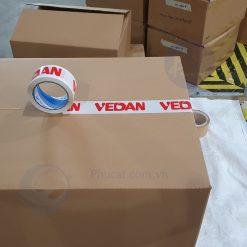 1 băng dính in logo đỏ nền trắng sứ khi dán trên thùng carton (2)
