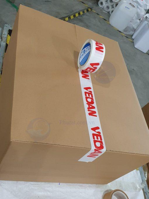1 băng dính in logo đỏ nền trắng sứ khi dán trên thùng carton (3)